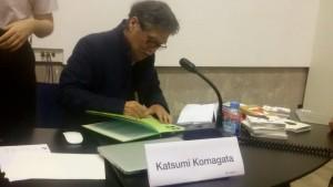 Katsumi Komagata durante la firma de ejemplares